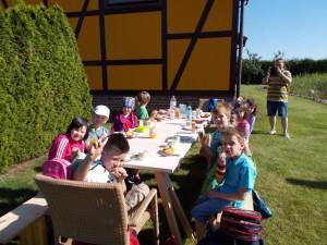 Frühstück im Garten der Tischlerei